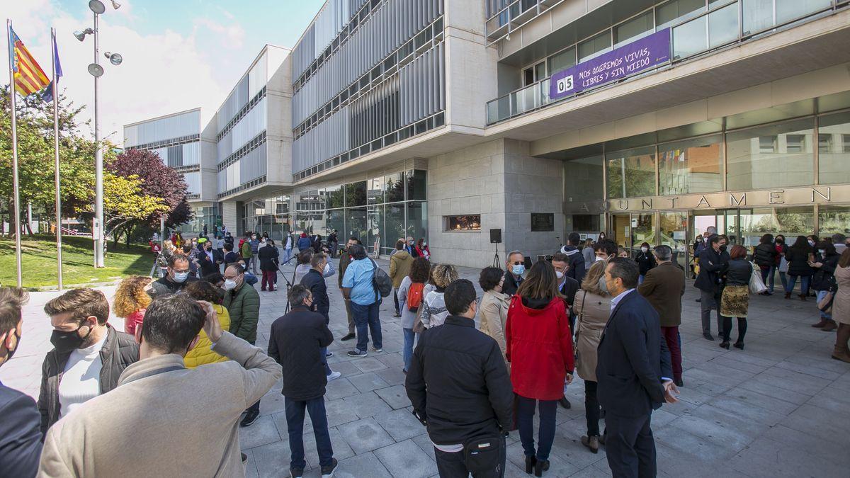 Concentración de funcionarios el pasado viernes 17 de abril ante el Ayuntamiento de San Vicente.