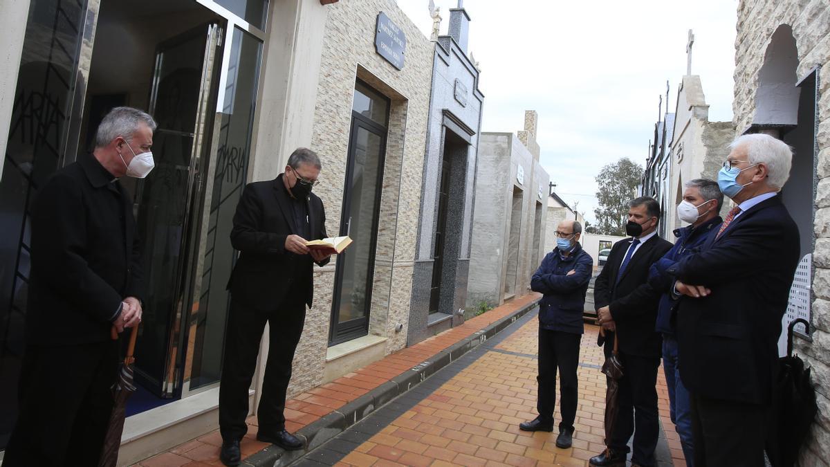 Un momento del entierro en el cementerio de Guadalupe
