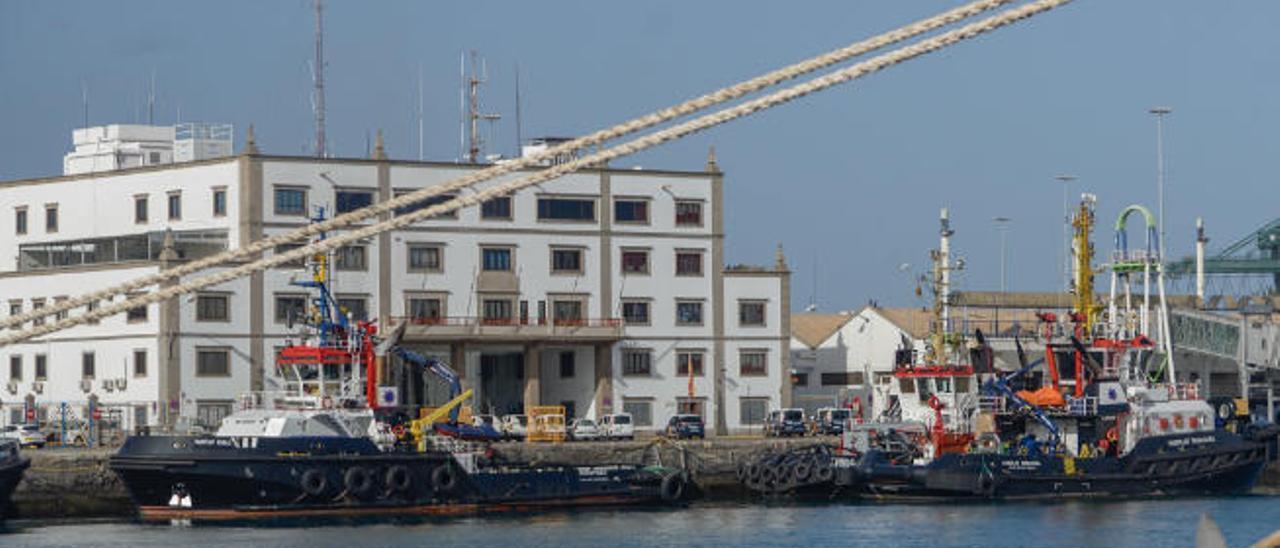 Buques remolcadores del grupo Fairplay atracados frente a la sede de la Autoridad Portuaria de Las Palmas.