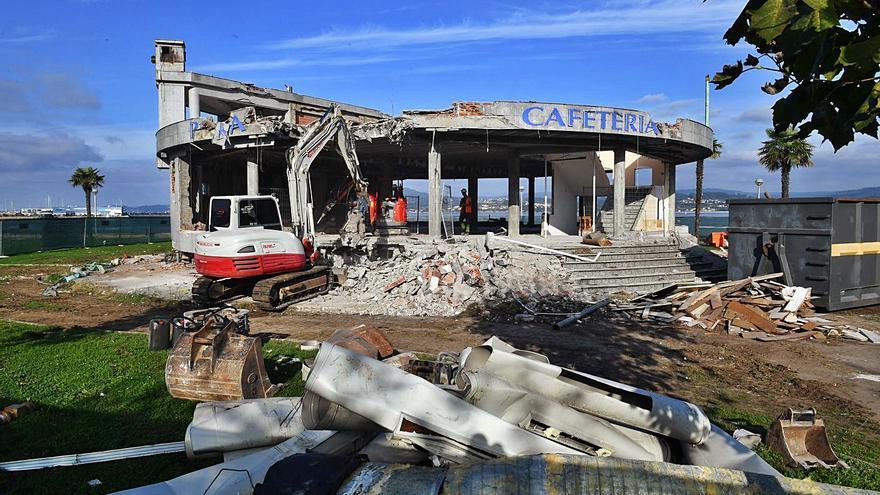 Derribo histórico: desaparecen 20 años de un edificio ilegal en Sada