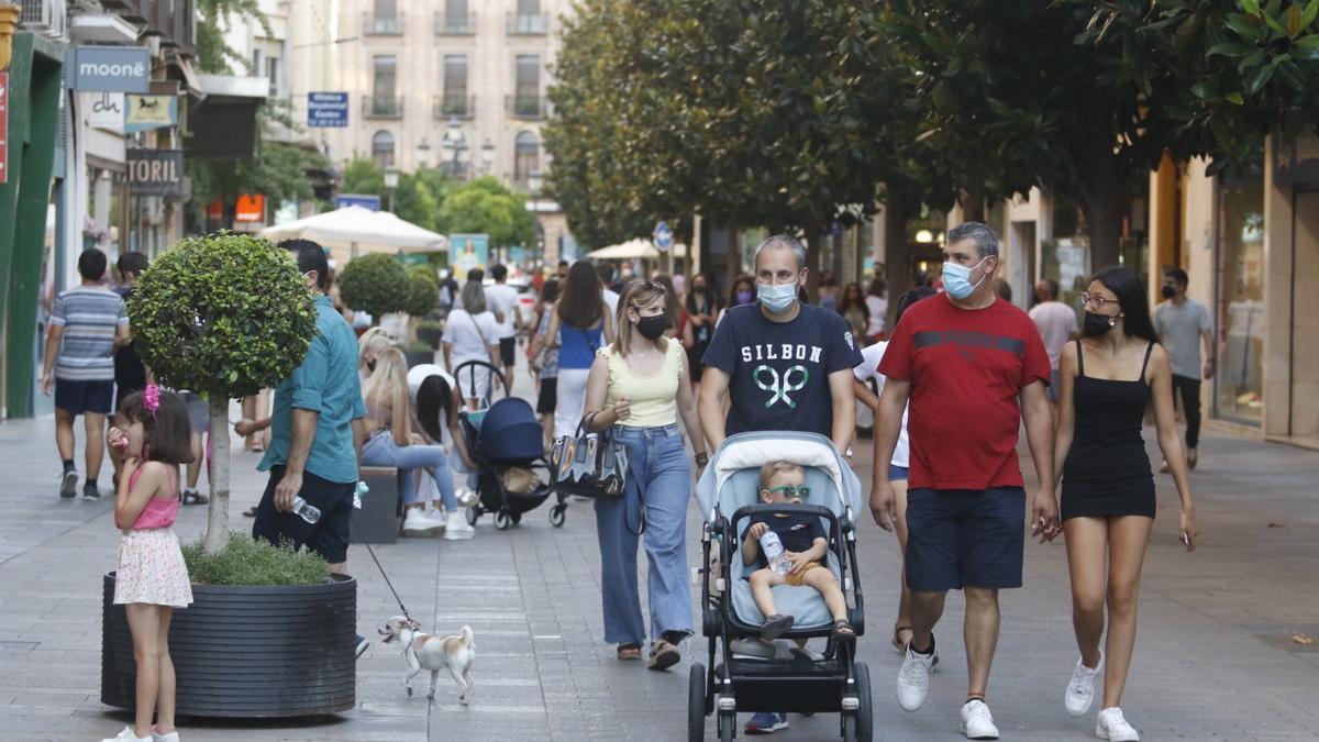 Cordobeses pasean con mascarillas por la calle Cruz Conde.