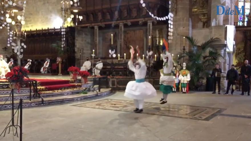 Así han bailado los cossiers de la Escola de Música i Danses de Mallorca en la Catedral