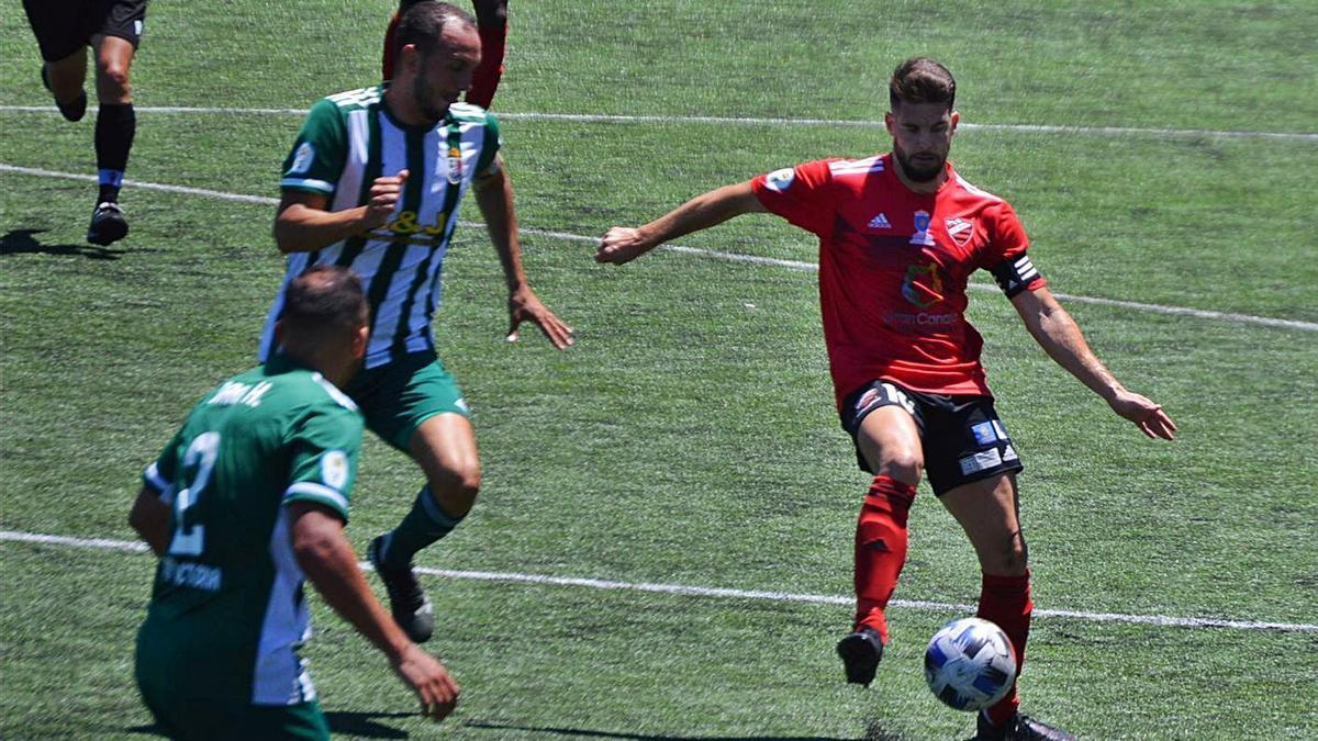 Cristian, capitán del Guía, controla el balón ante el asedio de dos jugadores del Atlético Victoria, en el duelo de ayer. | | ARIANNA MOLINA