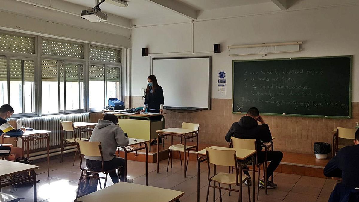 Una profesora desarrolla una clase en un centro educativo de la provincia. | L. O. Z.
