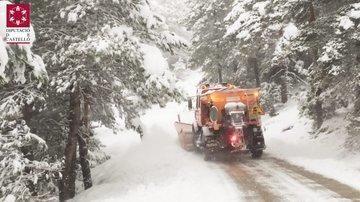 Las quitanieves trabajan para retirar la nieve caída en Els Ports.