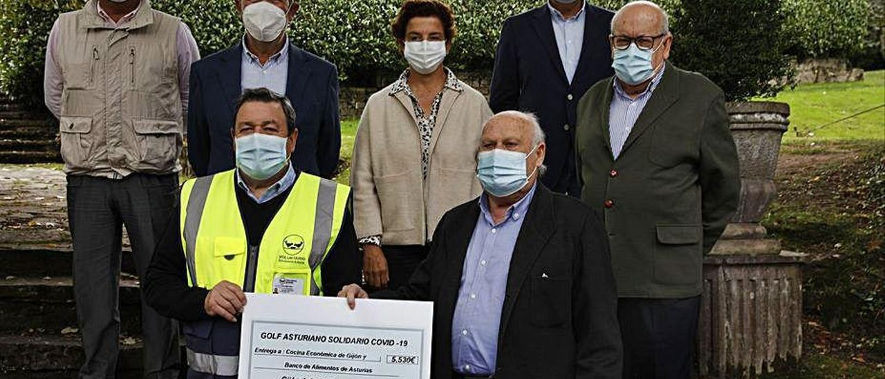 Los representantes de los clubes, junto a Paco Prada y Luis Torres, que sostienen el cheque.