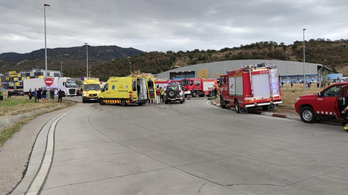 El dispositiu d'emergències per atendre un accident de trànsit mortal a la N-II a la Jonquera el dia 1 d'agost de 2021 (Horitzontal)