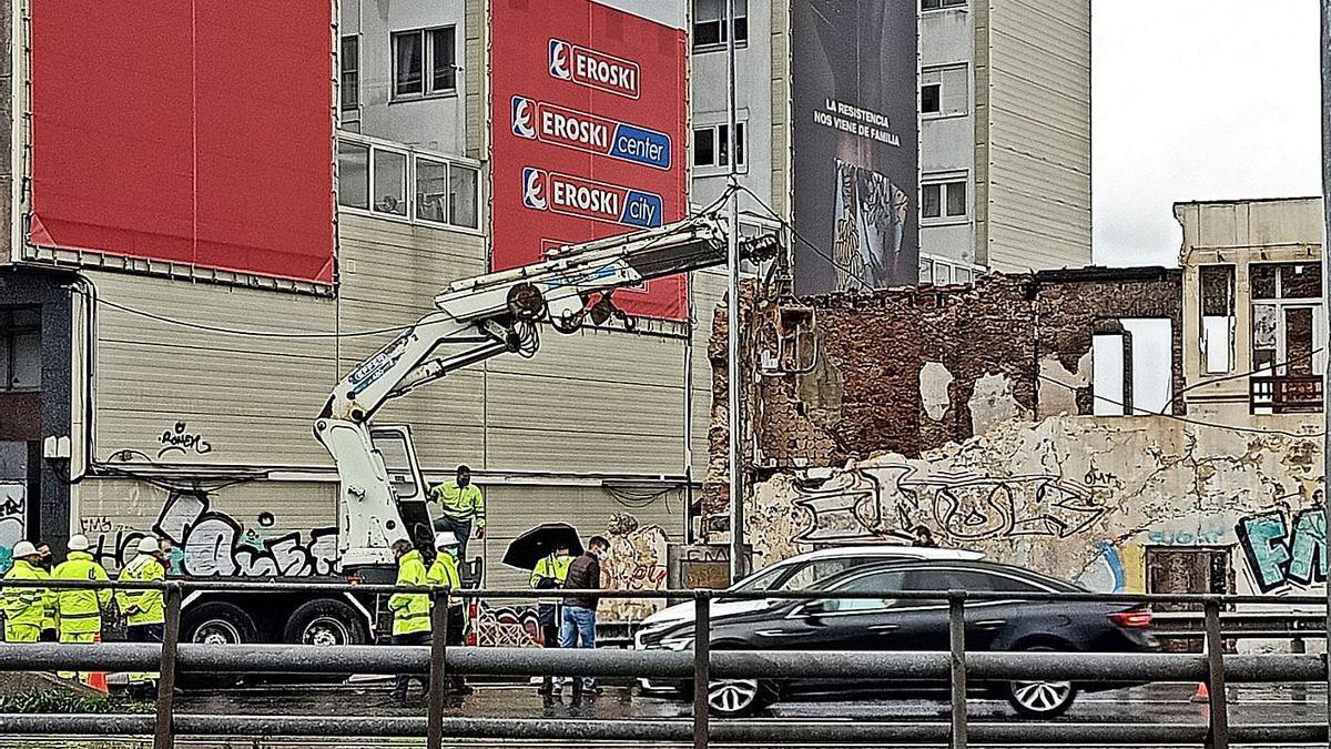 Derribo de Casa Carnicero cuando fue parado por los agentes autonómicos (junto al coche blanco). |   // I.R.