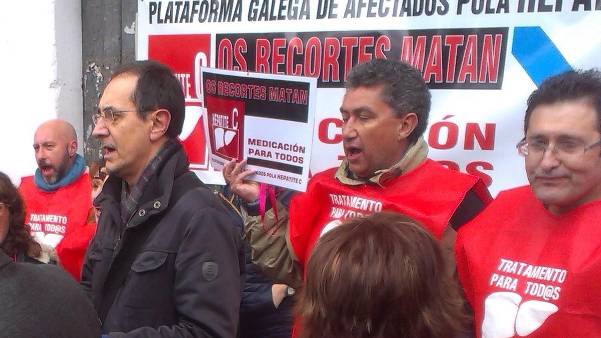 Foto de archivo de una protesta de los afectados por la hepatitis C ante el Parlamento.