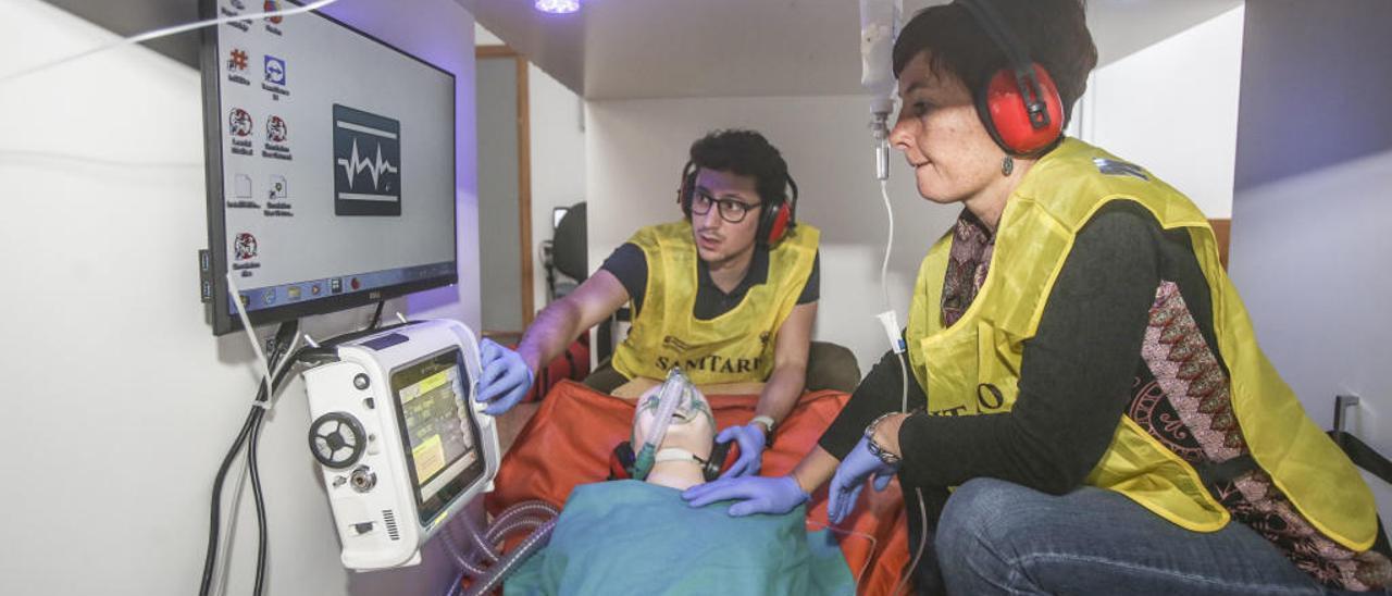 Médico y enfermero practican en el espacio de la cabina de un helicóptero.