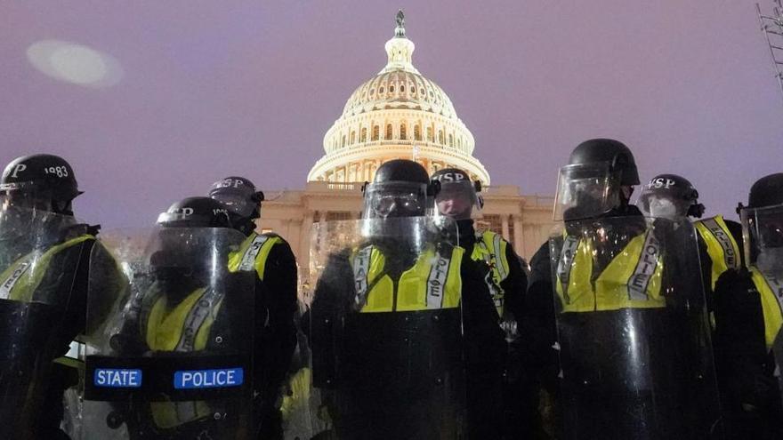 Seis policías del Capitolio suspendidos y 29 bajo investigación