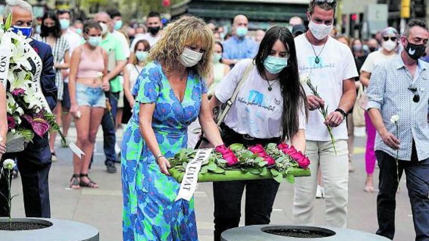 Un silenci colpidor presideix el record a les víctimes dels atemptats del 17-A
