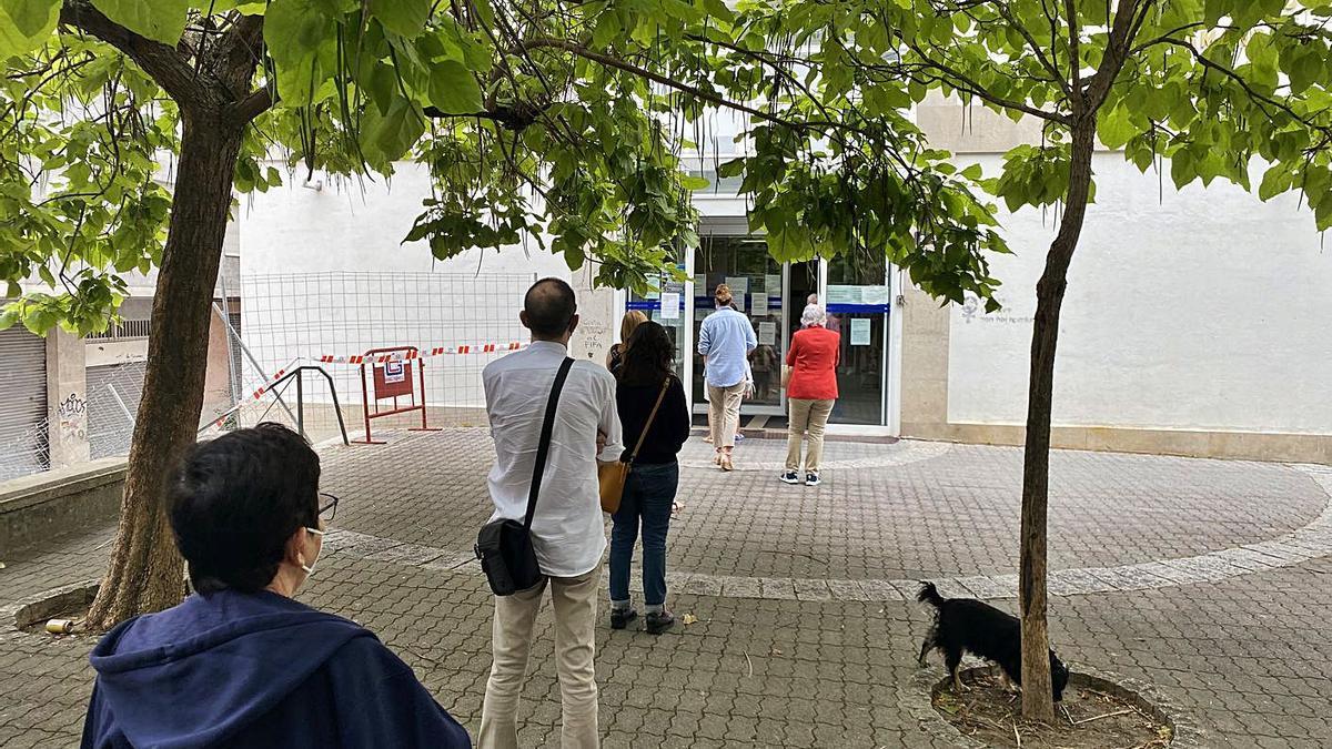 Coles en el centro médico del barrio de A Cuña para expedir diferentes certficados.     // FERNANDO CASANOVA