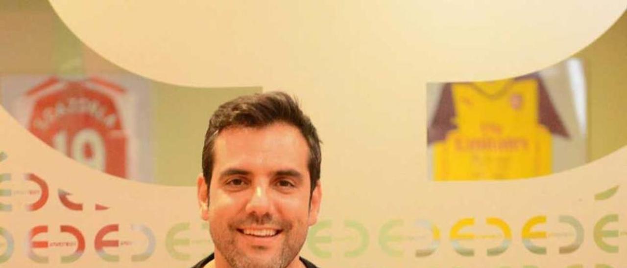 Eduardo Álvarez Gil, con la camiseta del Manchester City, en su clínica de Mieres.