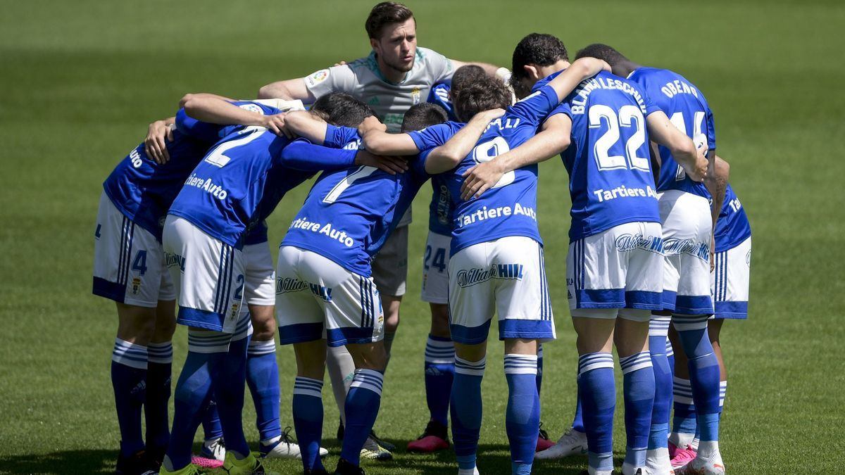 Los jugadores del Oviedo se abrazan en el Tartiere