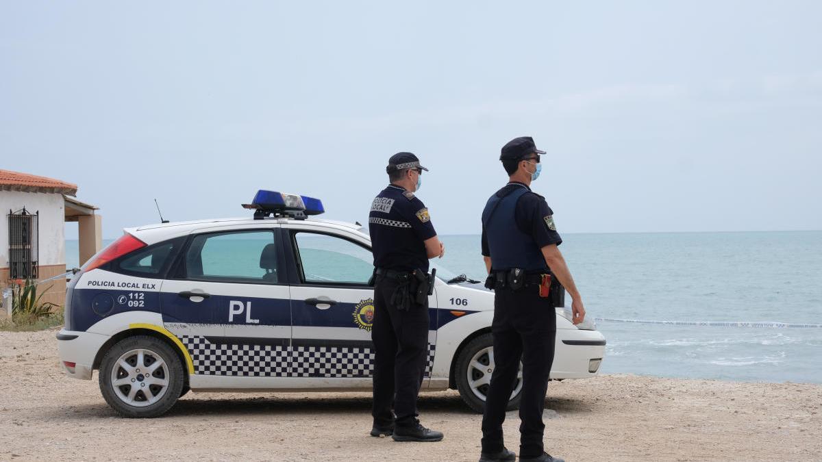 Una pareja de la Policía Local este fin de semana en La Marina