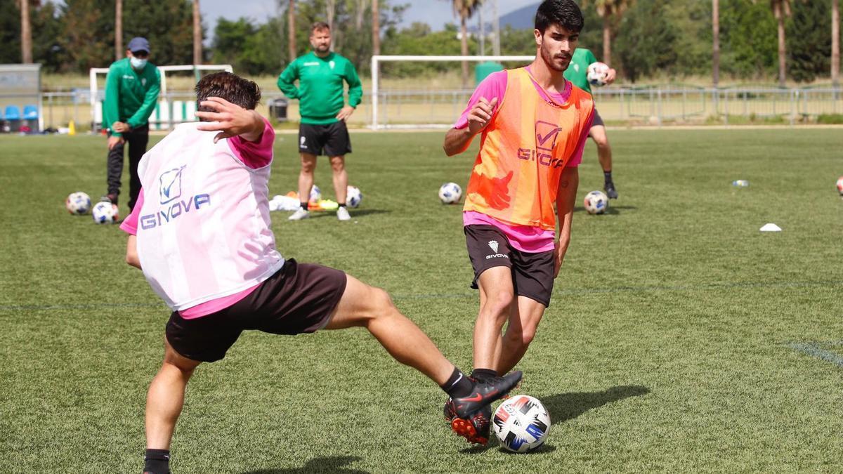 David Ortega observa a Ricardo Visus durante el entrenamiento del Córdoba B, ayer.