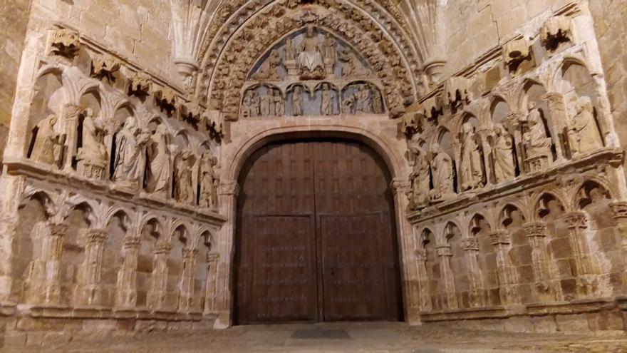 El pórtico de la iglesia de La Hiniesta se llena de luz