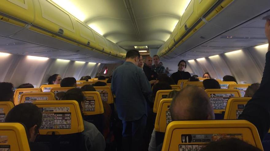 Así afecta la huelga en Francia a los vuelos: decenas de asturianos, atrapados en un avión sin poder despegar a Londres