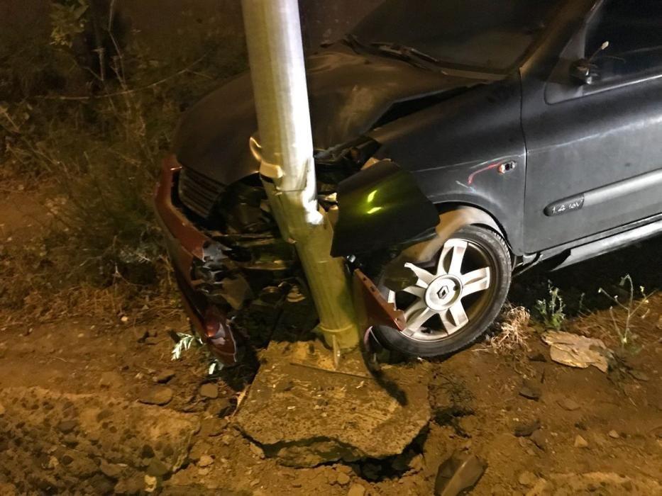 Un coche se empotra contra una farola en Telde (17/05/18)