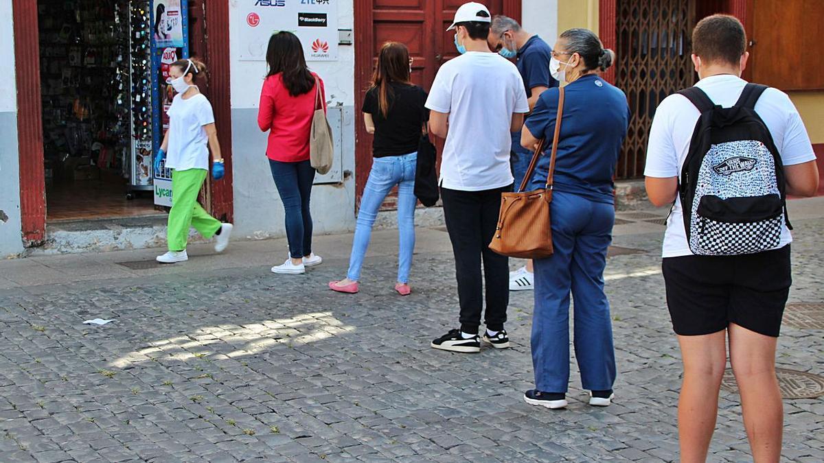 Cola por fuera de un establecimiento comercial en La Palma. | | E.D.