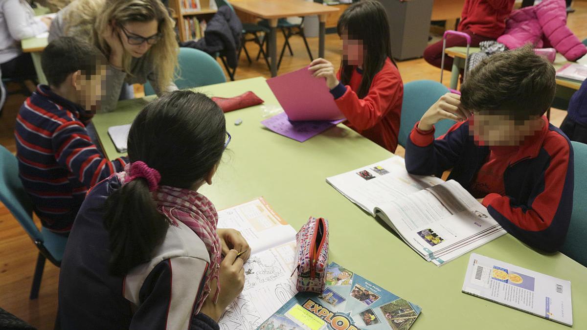 Escolares en una biblioteca municipal de Gandia