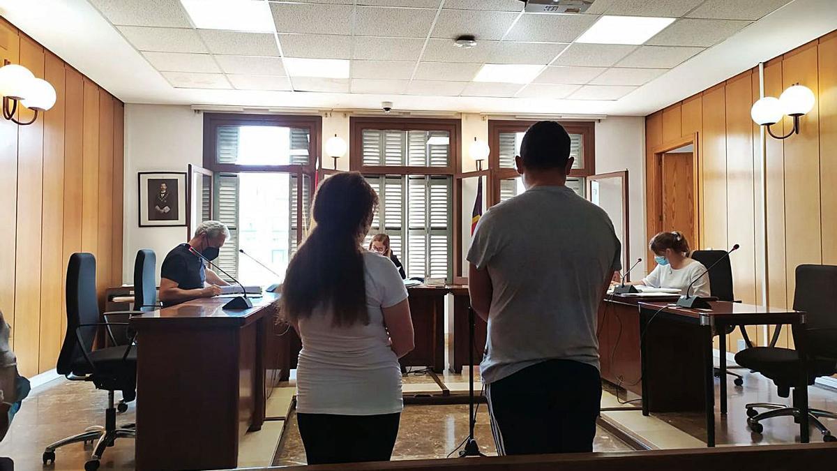 La pareja condenada, ayer durante el juicio en un juzgado de lo penal de Palma.   M.O.I.