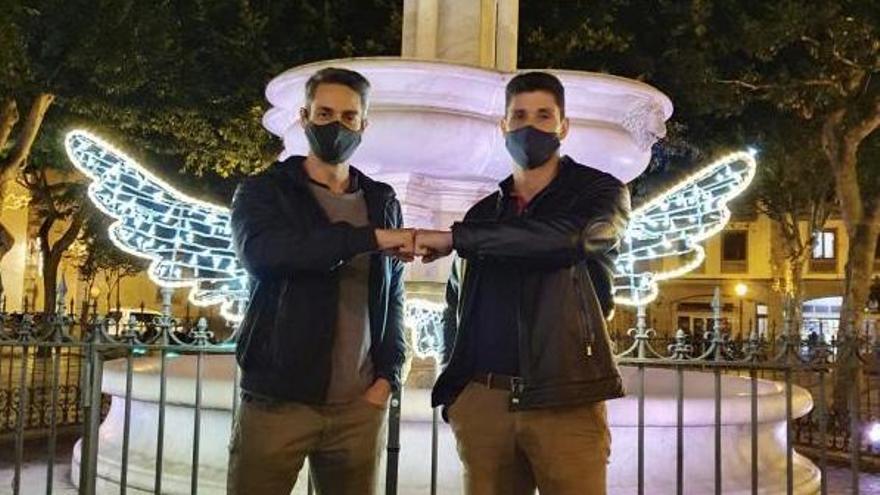 Fran Rodríguez, a la izquierda, y Juan Burke, en la lagunera Plaza del Adelantado. | | E.D.