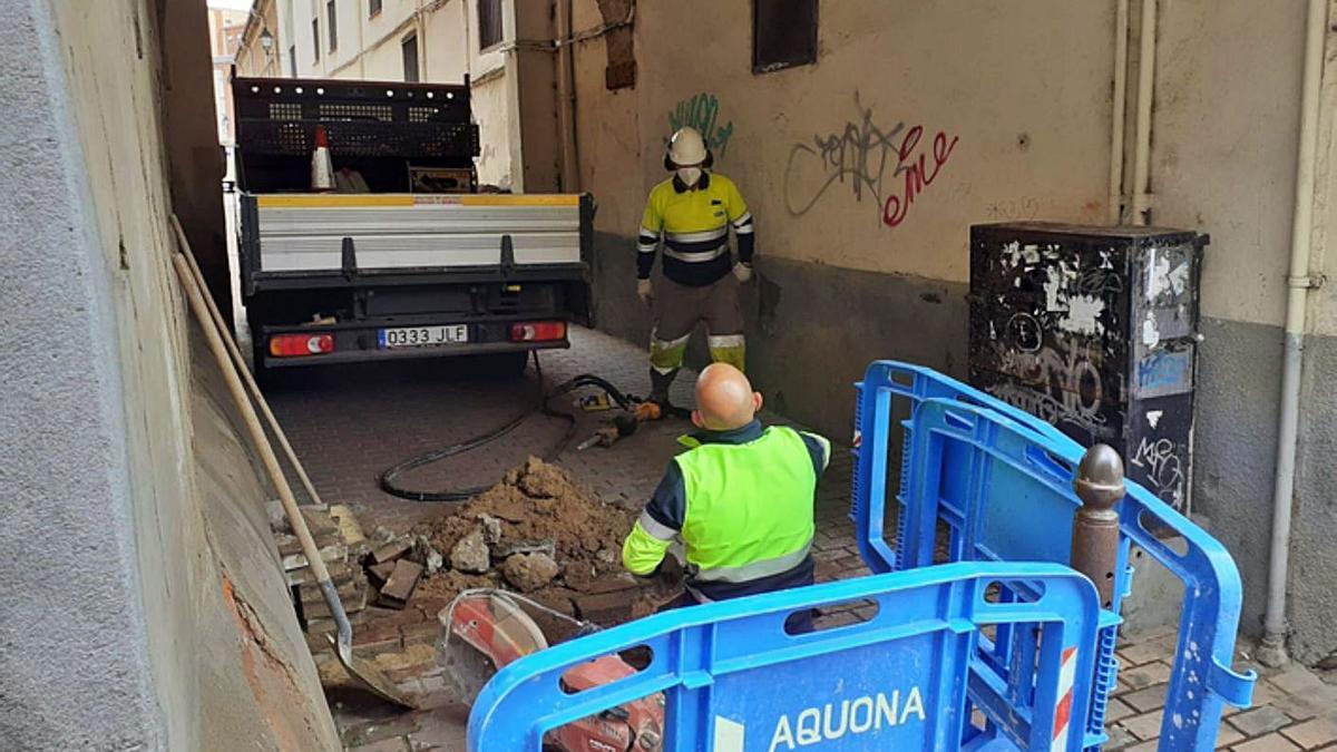 Operarios de Aquona preparando la red provisional de agua. | E. P.