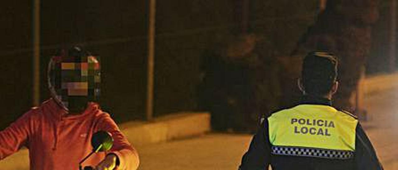 Policía de Canet en un control. | DANIEL TORTAJADA