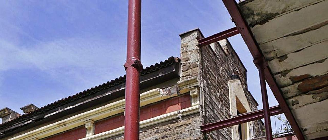 Aspecto de una de las fachadas del sanatorio de Bustiello.