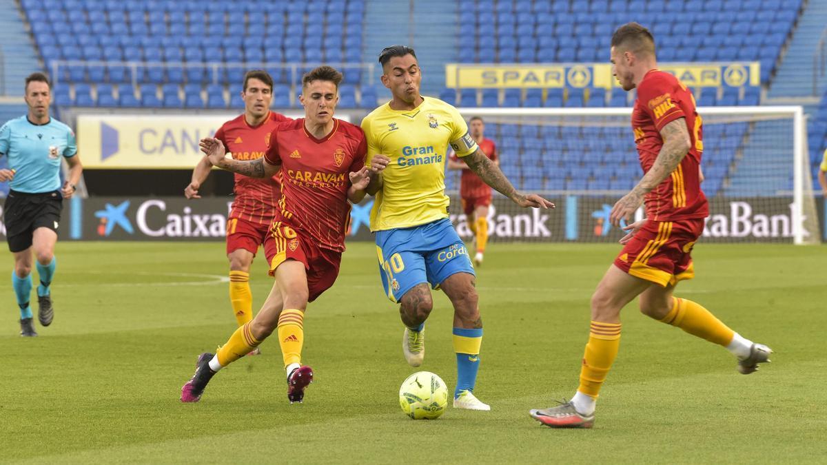 Francés pugna con Araújo durante el partido del pasado sábado en Las Palmas.