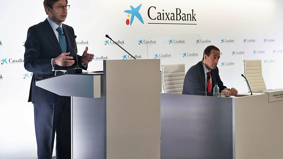José Ignacio Goirigolzarri y Gonzalo Gortázar, ayer, durante la rueda de prensa en València. | GERMÁN CABALLERO