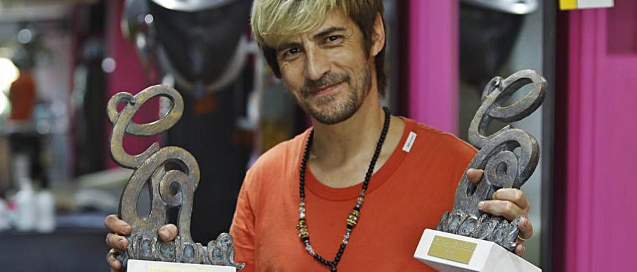 Moyano con los dos premios conseguidos. |  DANIEL TORTAJADA