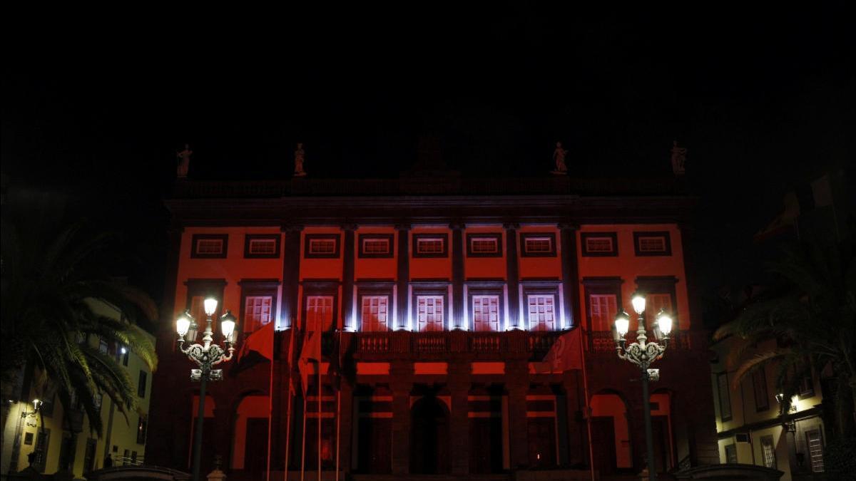 Las Casas Consistoriales iluminadas de rojo en honor a la Cruz Roja