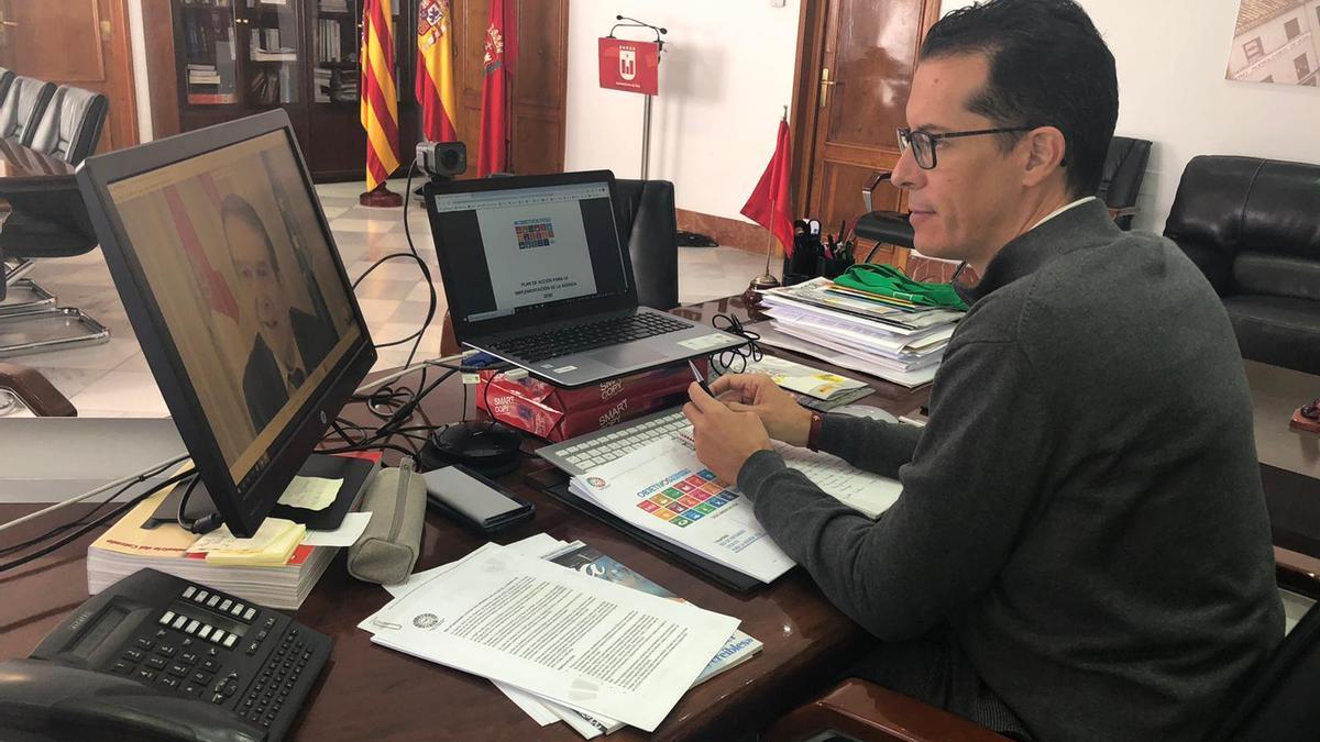 Rubén Alfaro en el despacho de la Alcaldía de Elda.
