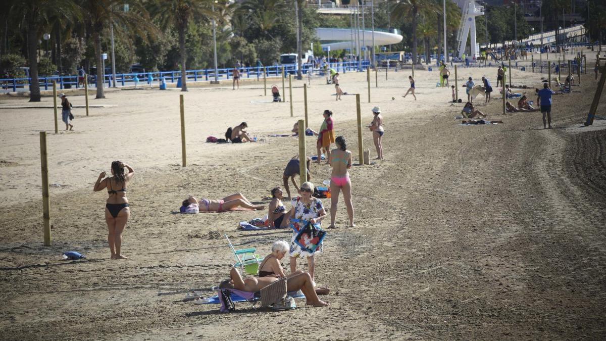 La playa del Postiguet, este viernes.