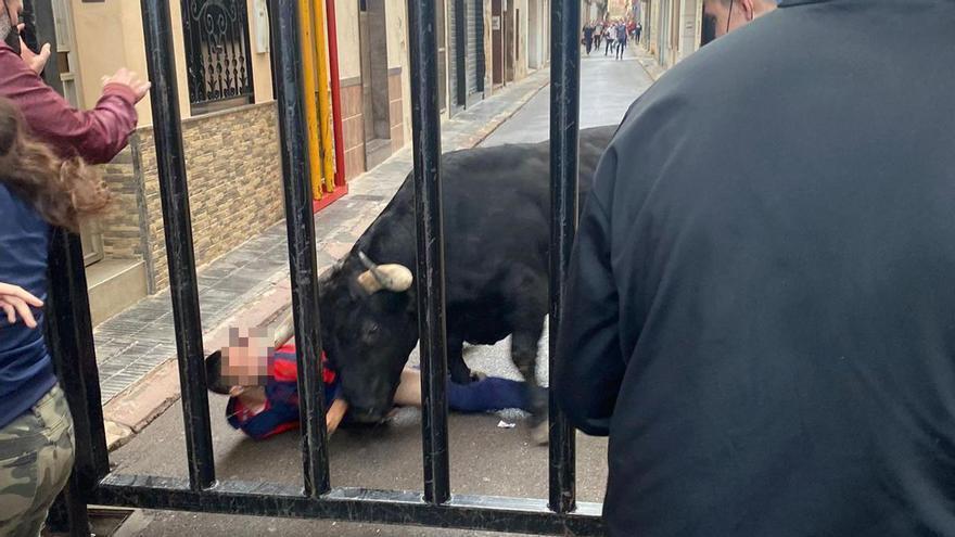 El hombre corneado en la cara por un toro en Nules sale de la UCI