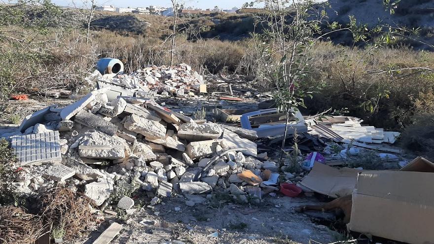 Piden que el Ayuntamiento de San Miguel ataje los vertederos ilegales de escombros y enseres y apruebe una ordenanza para controlarlos