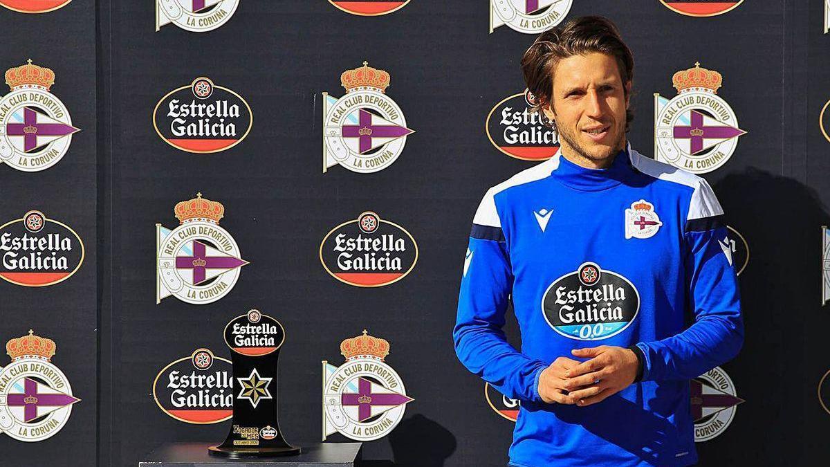 Keko Gontán, ayer en el momento de recibir el premio al mejor jugador de octubre.