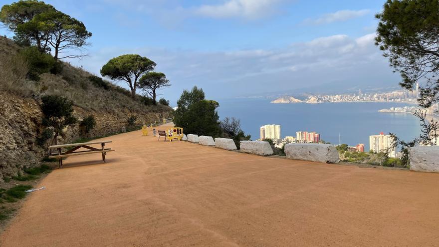 Benidorm mejora el entorno de la Creu con mobiliario urbano, señalización y nuevo alumbrado