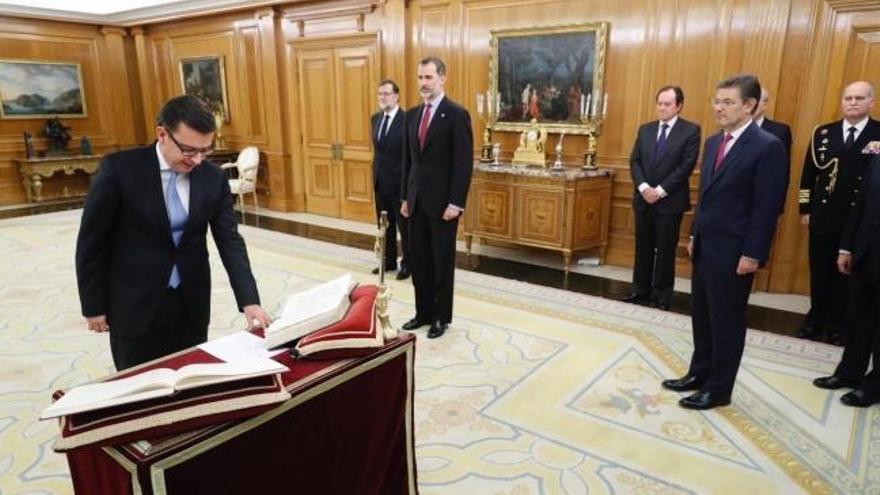 Escolano jura como ministro de Economía ante el Rey