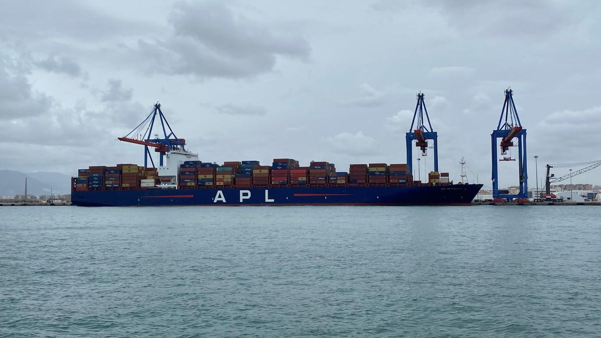 El buque APL Mexico City, en el muelle 9 del Puerto de Málaga.
