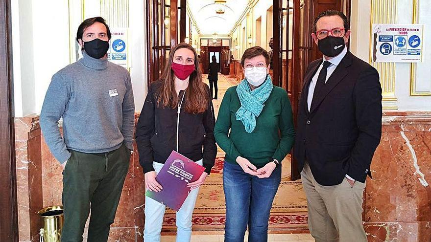 Miembros de Asima con diputadas de Podemos, ayer.