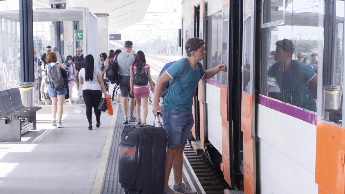Un tren de Rodalies a Girona, abans de la pandèmia