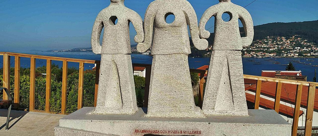"""El borrón al monumento dañó el lema """"En lembranza dos homes e mulleres que defenderon a República""""."""