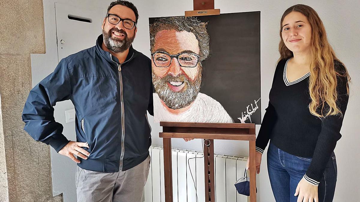 Xavi Gimbernat i Anna-Mercè Vila Rubio amb una de les peces que s'exhibeixen a la mostra