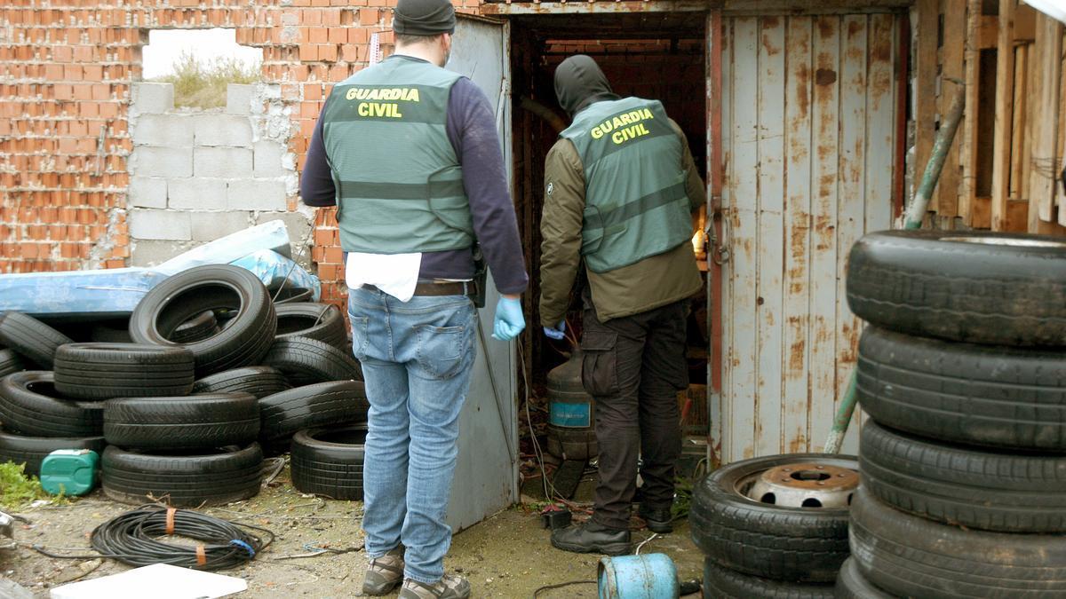 """Agentes de la Guardia Civil proceden a un registro en una de las naves industriales dentro de la """"operación Celorrio""""."""