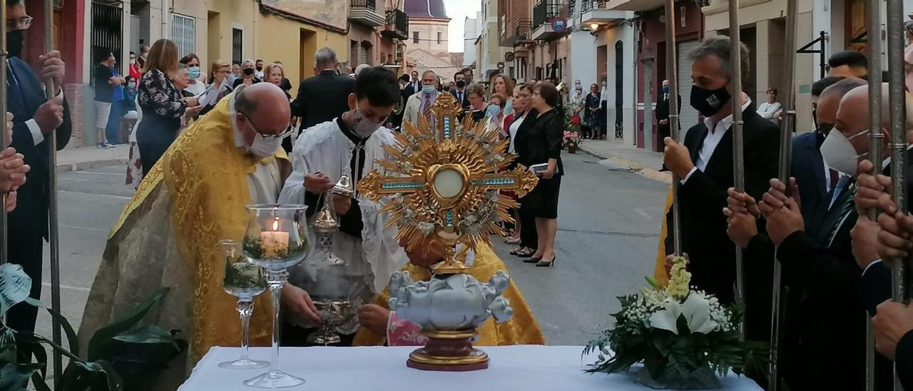 La procesión de la Trasladación es la primera de las tres que se celebran dentro del triduo religioso de las patronales en la Vall.