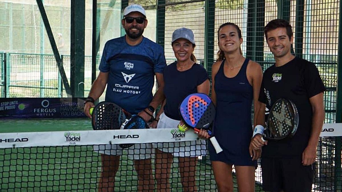 Cuatro de los participantes en el torneo posan antes del partido.   PINS PÁDEL